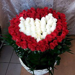 101 троянда у вигляді серця в кошику