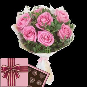 7 рожевих троянд із зеленню та цукерки