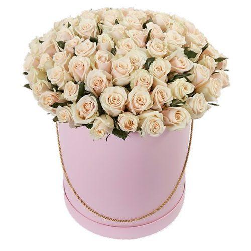 фото 101 кремова троянда в капелюшній коробці
