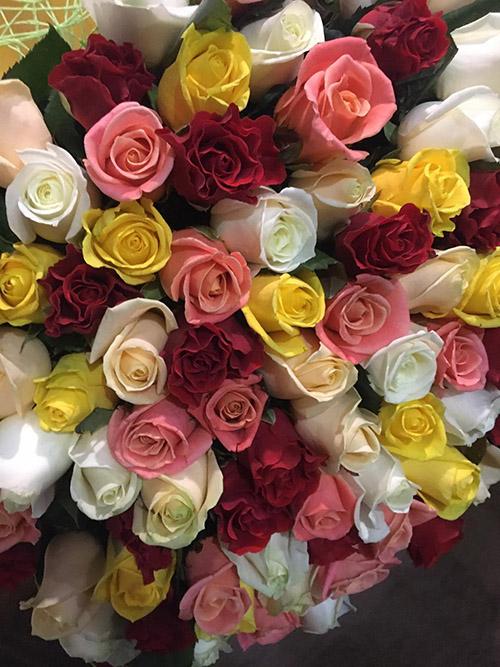 букет різнобарвних троянд