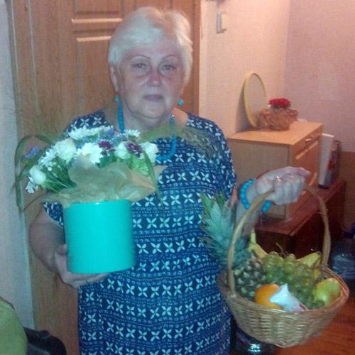 Букет в коробці та кошик фруктів на день матері