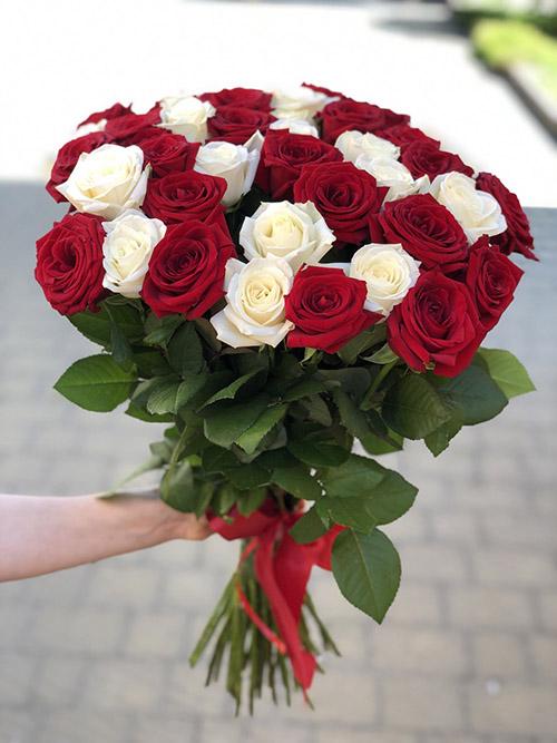 букет білих і червоних троянд