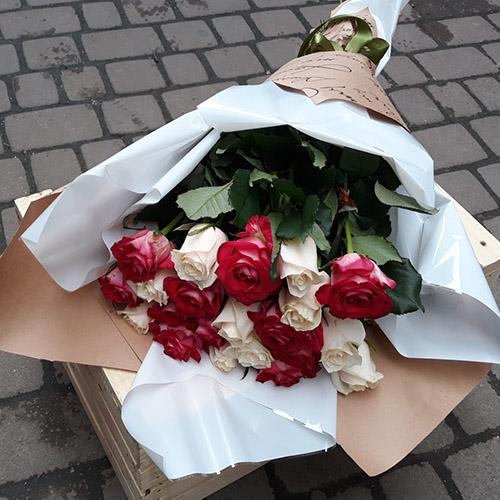 Букет червоних і тілих троянд у Львові